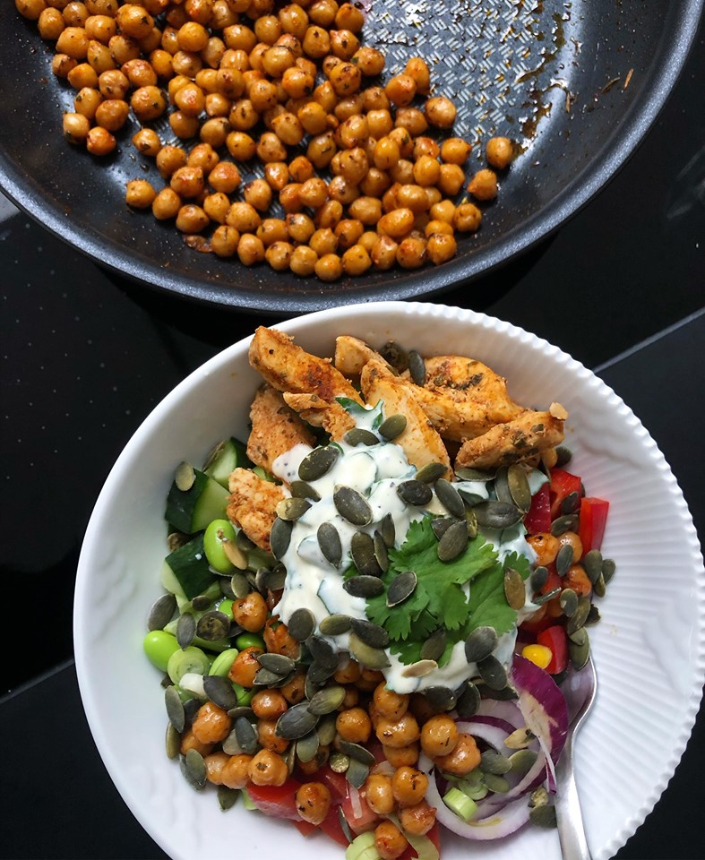 Salat bowl med stegte kikærter
